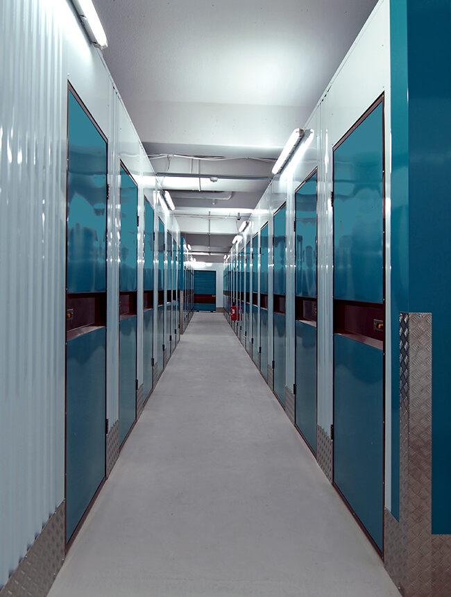 Lagerhalle mit mehreren Lagerboxen und Lagercontainern