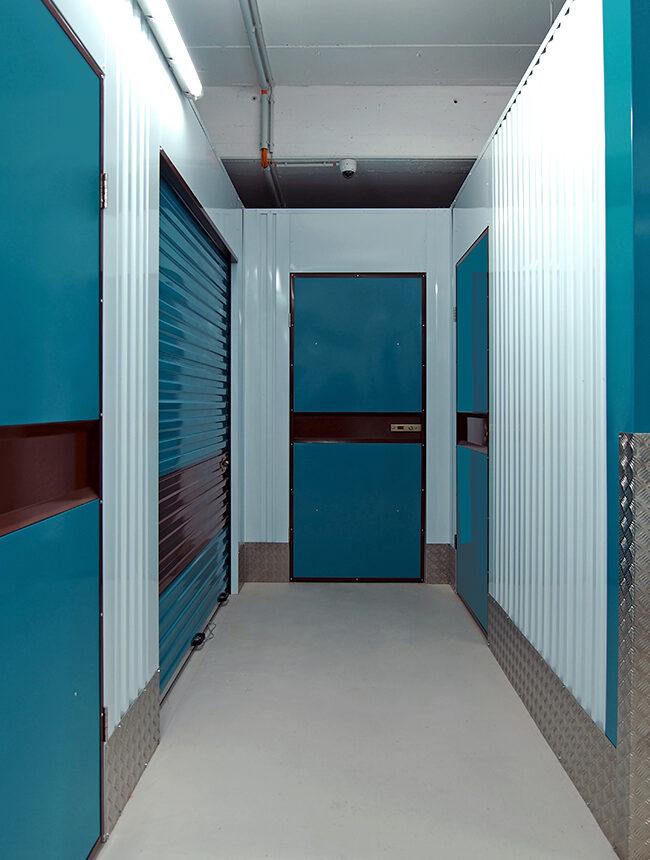 Flur mit mehreren Lagerräumen